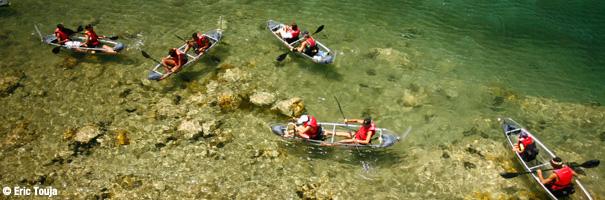 Kayaks transparents dans la baie des saintes